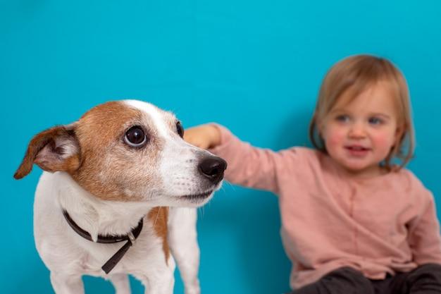 犬と幸せな子。ペットを持つ少女の肖像画