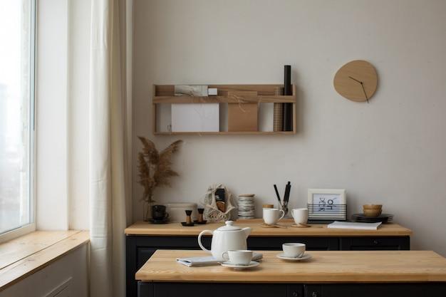 Белый чайный сервиз для чаепития на сервированном столе в кухне