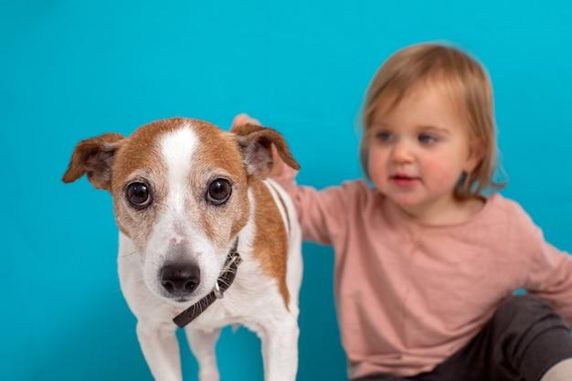 Размытый ребенок гладит очаровательную собаку
