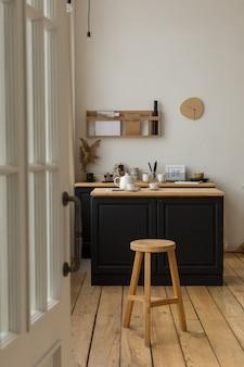 Вход в светлую кухню с сервированным столом и табуреткой