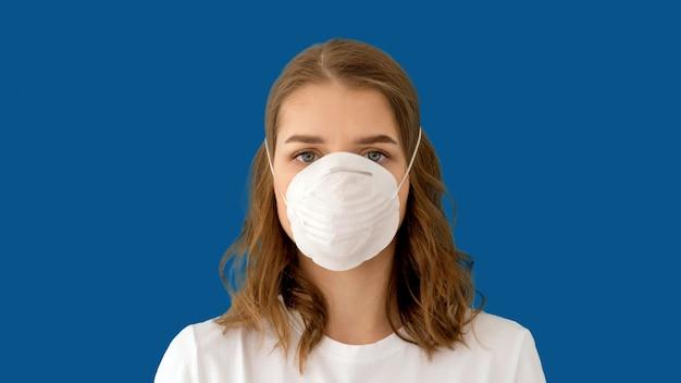 コロナウイルス防止のためのサージカルマスクをかぶる女