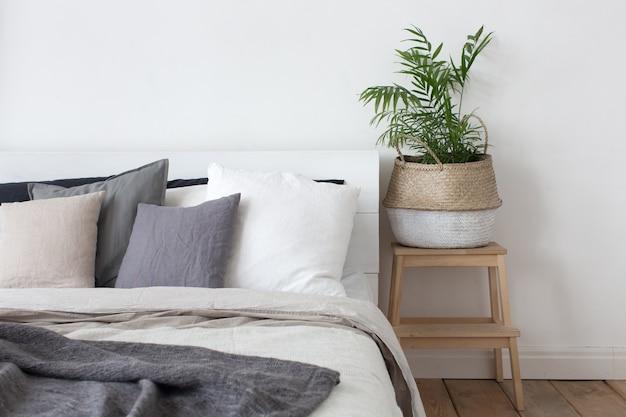 ベッドルーム内装ベッドとベッドサイドテーブル(植物付)