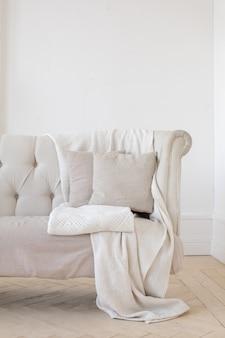 部屋の小さなソファー