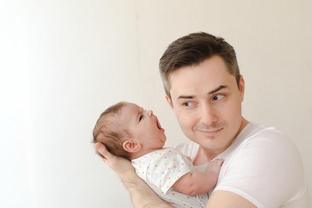 叫んでいる赤ちゃんと陽気な男