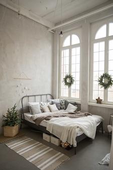 クリスマスに飾られたベッドルーム