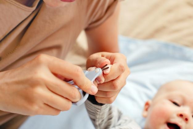 赤ちゃんのための爪と指のマニキュア