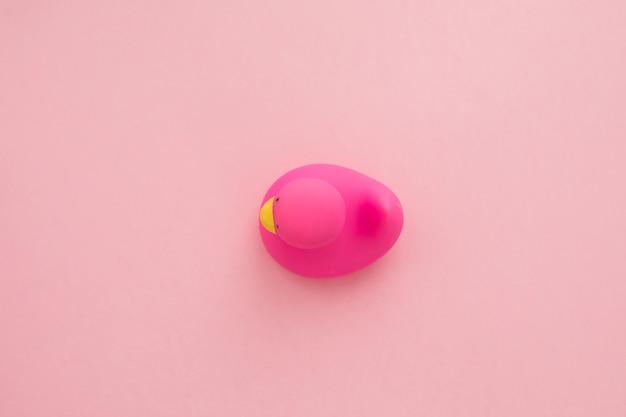 ピンクの背景に分離されたゴム製のアヒル
