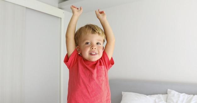 幸せな子供が自分自身を背の高い大人だと想像して手を上げて