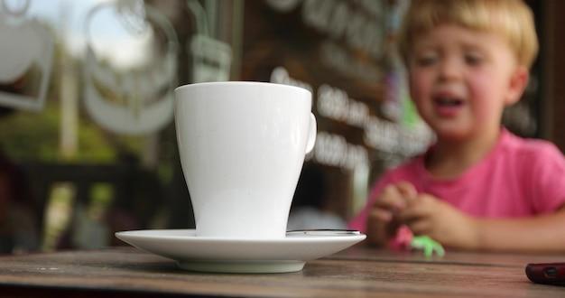 高い白いマグカップ背景子供が遊ぶ