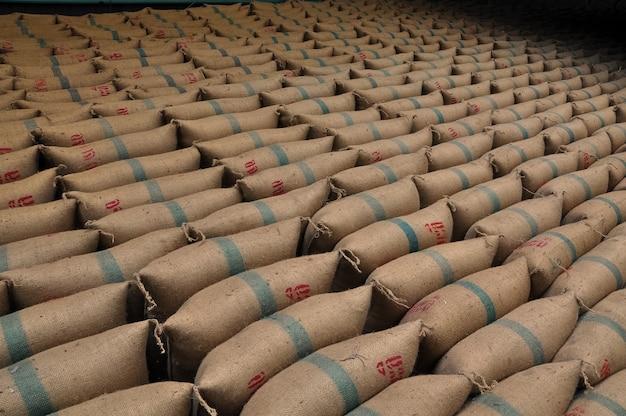 Мешки из пеньки, содержащие рис