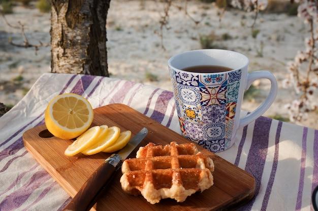 朝のピクニック、紅茶、フレッシュカットレモン、ワッフル