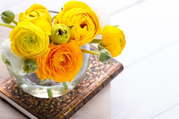 黄色の花の花束