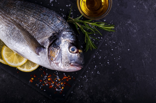 Сырая рыба морского леща