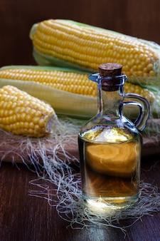 Свежая кукуруза с бутылкой масла