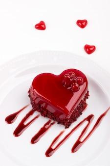ハート型の赤いベルベットのケーキ
