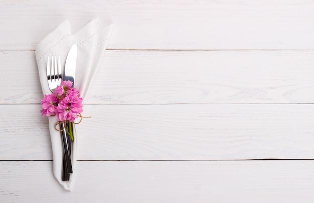 春または夏のテーブルセッティング