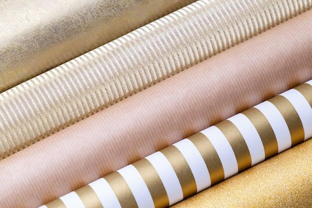 Золотые глянцевые рулоны оберточной бумаги
