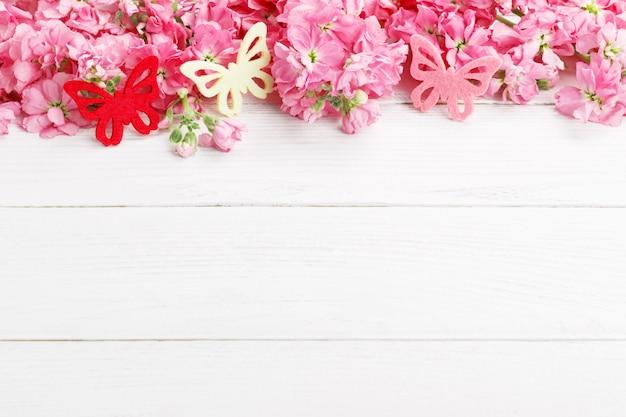 Розовые весенние цветы матиолы