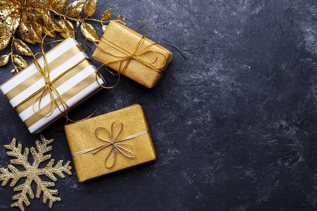 Золотые подарочные коробки и новогодние украшения