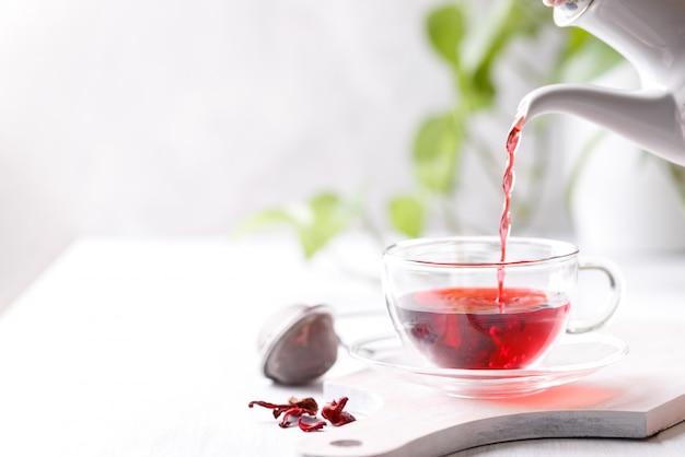 Здоровый чай из гибискуса
