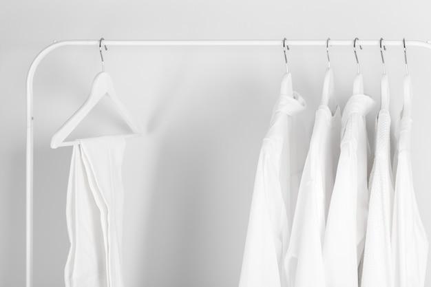 Белая одежда висит на стойке