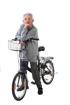 年配の女性が白い背景で隔離