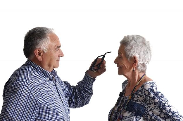 年上の男が年上の女に眼鏡をかけて