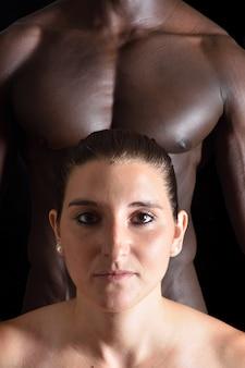 黒の背景に混合カップルの肖像画