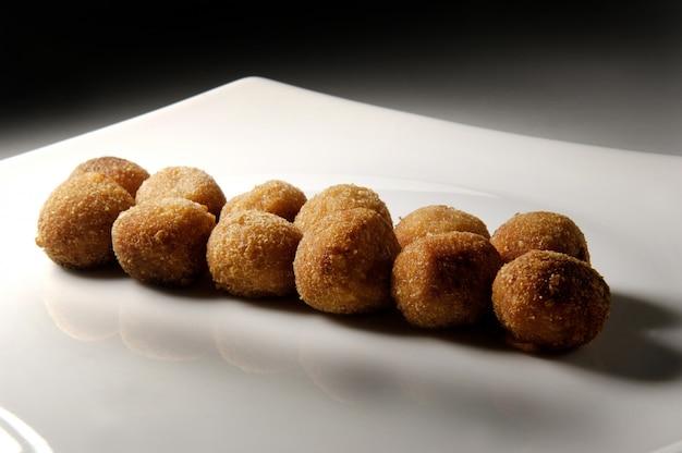 Блюдо с круглыми крокетами