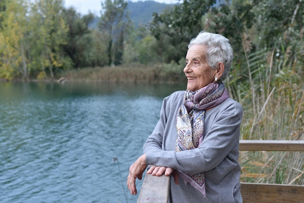 外の年配の女性の肖像画
