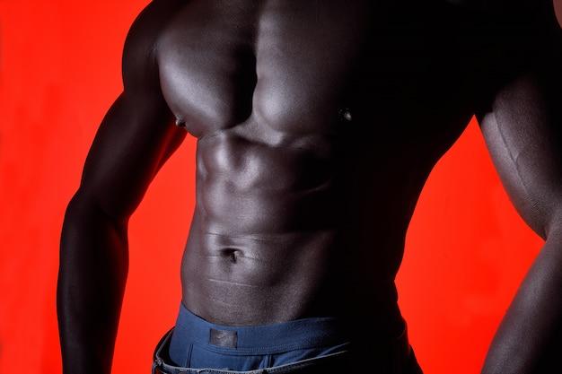 赤の背景にアフリカ人の胴体