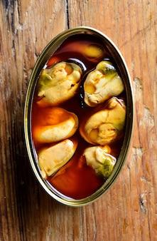 テーブルの上のムール貝の缶