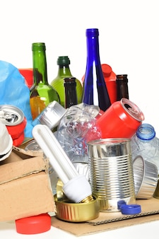 Мусор для утилизации, стеклянные бутылки, банки, пластиковая бутылка и колба