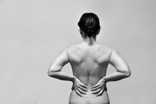 Женщина среднего возраста с болью в пояснице