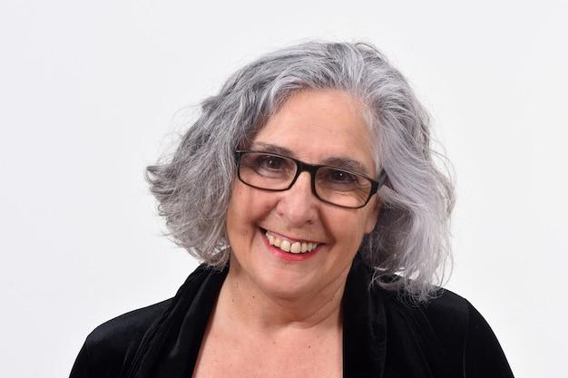 Портрет женщины, улыбаясь на белом фоне