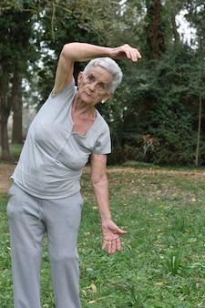 高齢女性の屋外ヨガの練習