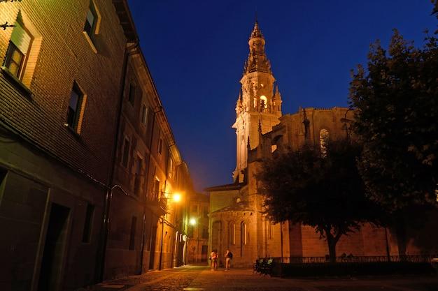 サントドミンゴデラカルサダ、ラリオハ、スペインの大聖堂の夜