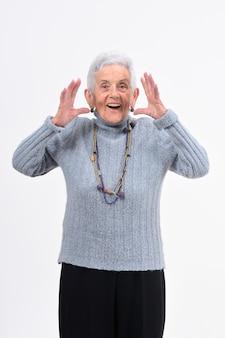 物忘れや白い背景の上の驚きの表現を持つ年配の女性