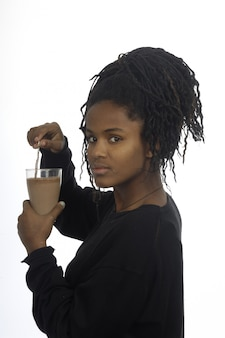 Девочка-подросток пьет молоко и шоколад