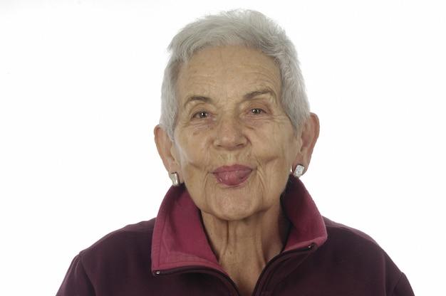 舌を突き出して年配の女性