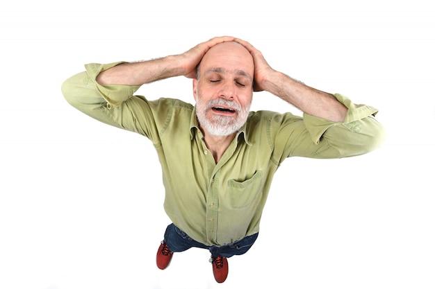 Человек с головной болью на белом фоне