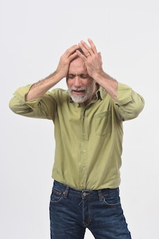 白い背景の上の頭痛を持つ男