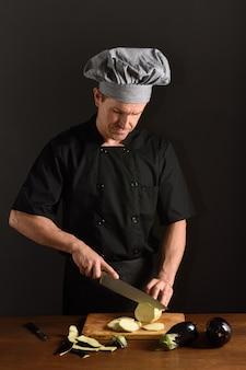 茄子を切るシェフ