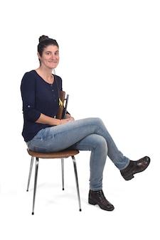 白で隔離されるヴィンテージの椅子に座っている女性