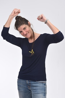 Женщина поднимает руки и улыбается в знак победы