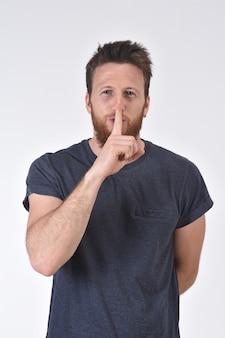 指で沈黙の中で男