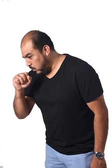 白い背景の上の咳を持つラテンアメリカ男