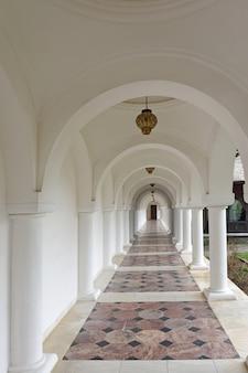 ルーマニア、トランシルバニアのサンバタデスス修道院にアーチ型