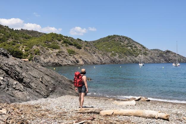 ラタバレラビーチ、コスタブラバ、ジローナ県、カタルーニャ、スペインのキャップデクレウスのハイカー女性