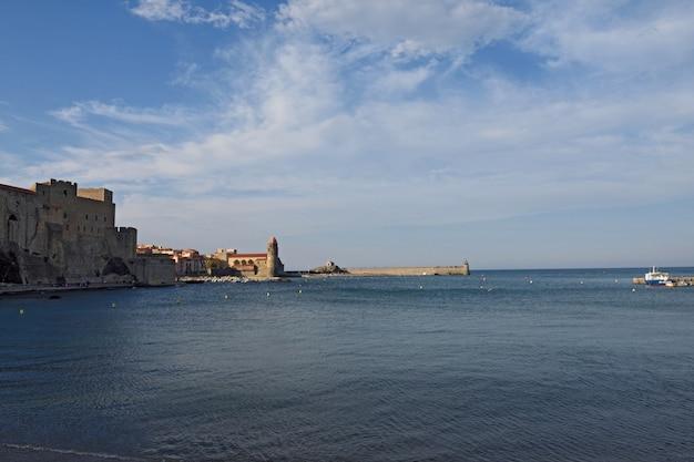 Прибрежный город коллиур и церковь нотр-дам-де-анж, коллиур, руссильон, восточные пиренеи,